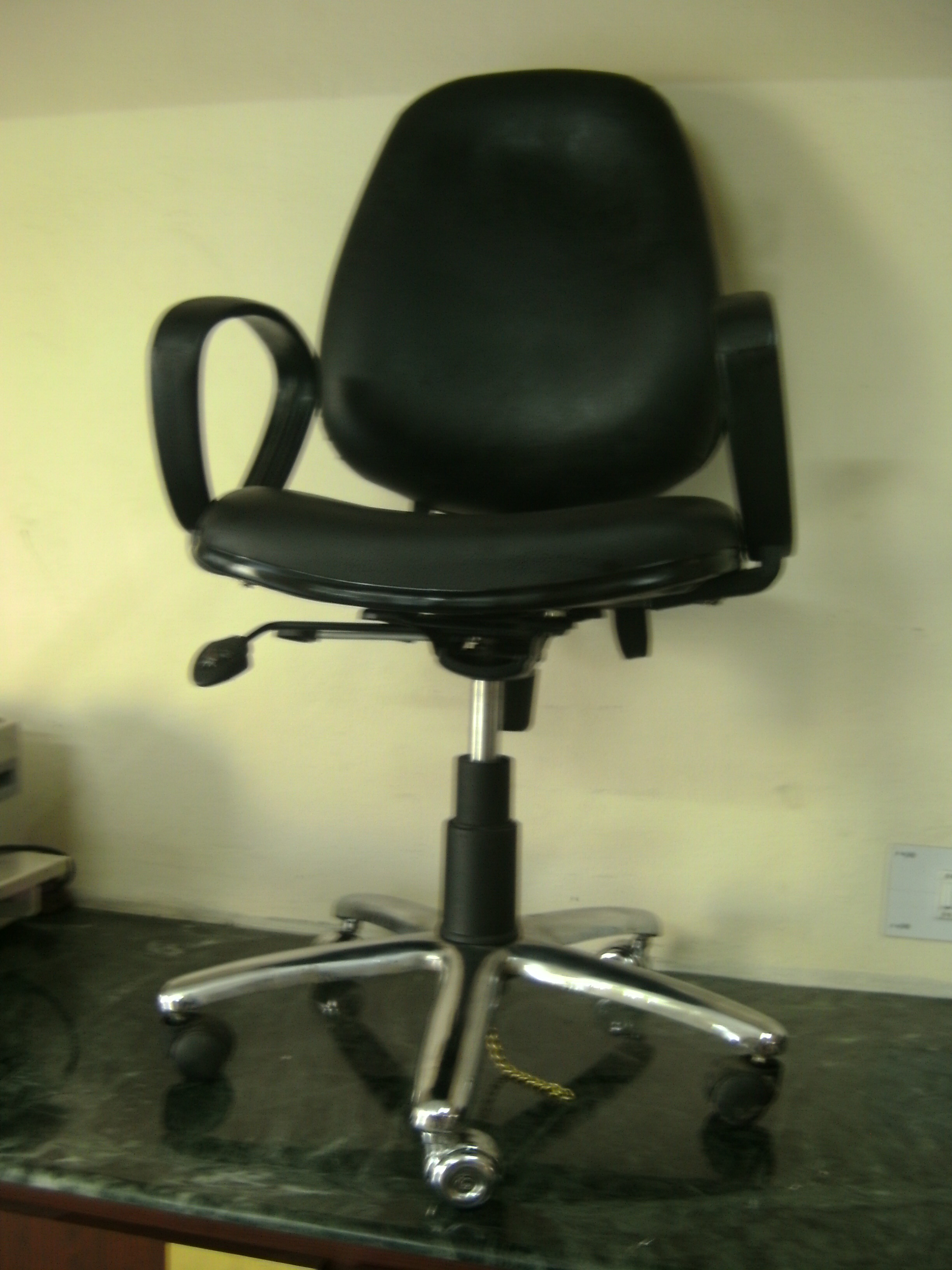 antistatic-chair-with-arms